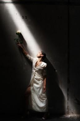 Robe de mariage longue façon tailleur sur-mesure à Paris by Sandrine Rocher Derichebourg