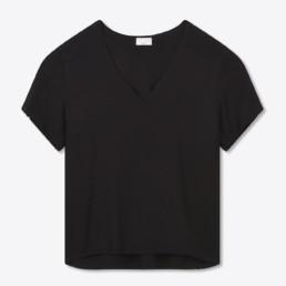 T-shirt noir col grand V homme. Boutique prêt-à-porter de luxe, costume et smoking sur mesure pour homme et femme par Sandrine Rocher Derichebourg.